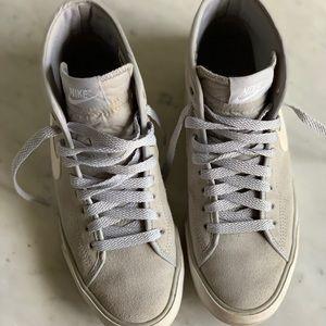 Women's Nike high-top vintage-style sneakers grey